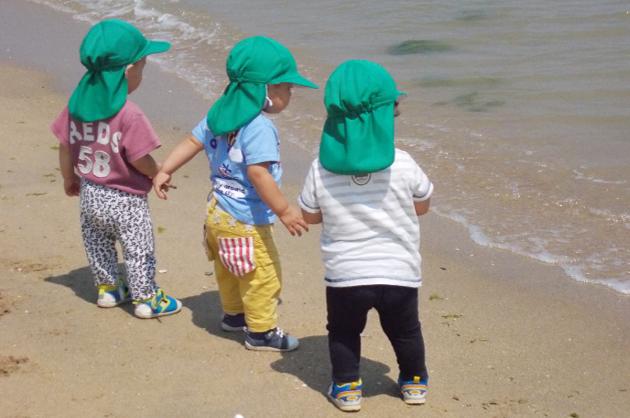 海辺で遊ぶ園児